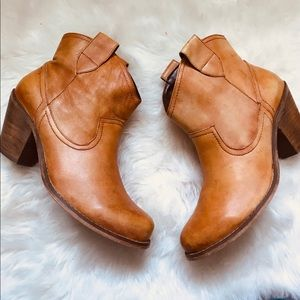 Steve Madden testify  tan-leather boots sz8